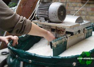 Макулатуру перемешивают с водой