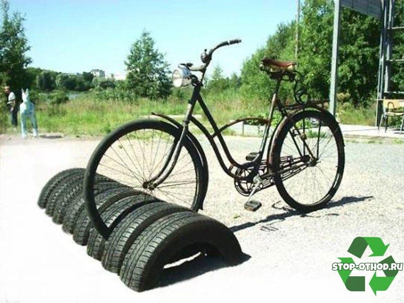 Парковка для велосипедов из автомобильных шин.
