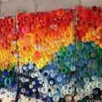 картина из пластиковых крышек
