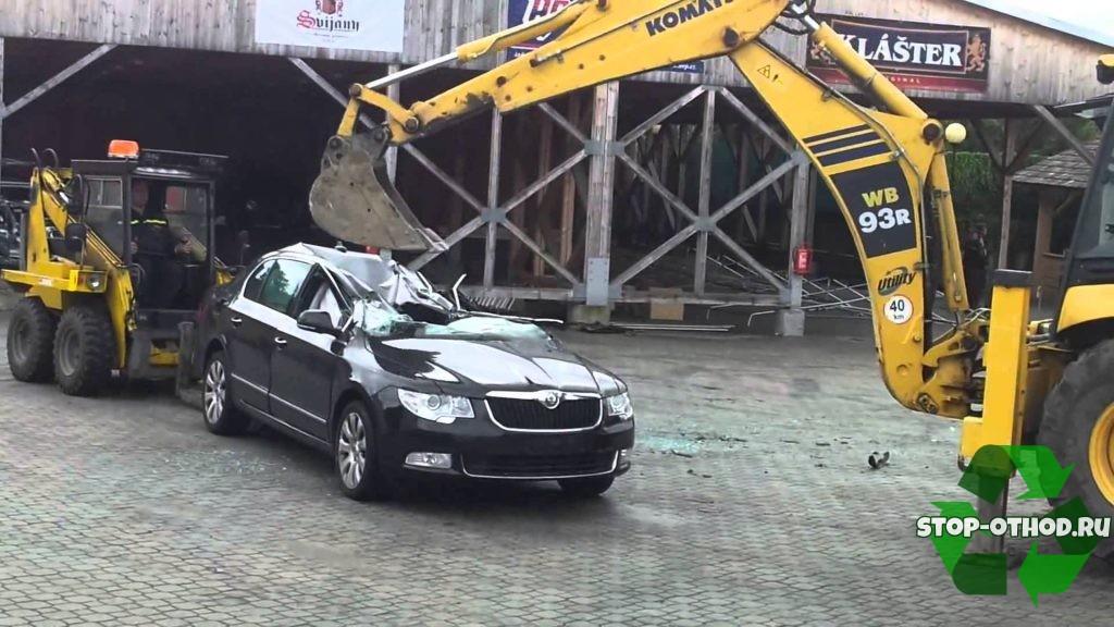 экскаватор ломает машину